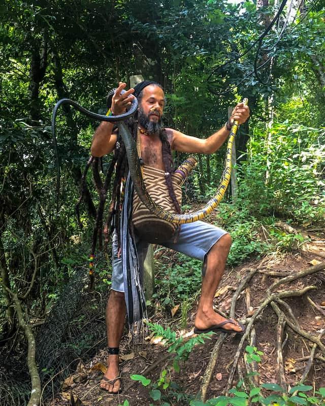 Uomo con serpente in mano - Fotografare con iPhone